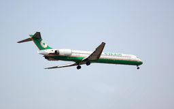 Het vliegtuig komt binnen voor het Landen Stock Foto
