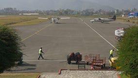 Het vliegtuig kwam in binnenlandse luchthaven aan stock videobeelden
