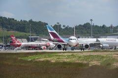 Het vliegtuig landde bij de luchthaven in Phuket beachfront Royalty-vrije Stock Foto's