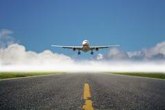 Het vliegtuig landt bij luchthaven Stock Foto