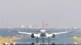 Het vliegtuig landt op de Luchthaven