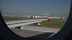 Het vliegtuig landt op de luchthaven in Bangkok mening van de zetel van het vliegtuigvenster stock videobeelden