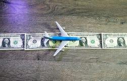 Het vliegtuig ligt op een strook van dollars één Landingsbaan voor vliegtuigen van dollars Stock Foto's