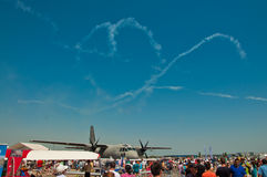 Het vliegtuig in lucht toont Stock Afbeeldingen