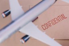 Het Vliegtuig Model Bruin Over The Confidential wikkelt stock afbeelding