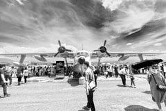 Het vliegtuig onder heldere en bewolkte hemel, Bandiung-Lucht wordt tentoongesteld toont 2017 die stock foto