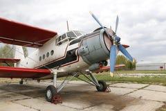 Het vliegtuig op het tarmac royalty-vrije stock fotografie