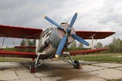 Het vliegtuig op het tarmac stock afbeelding