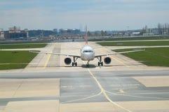 Het vliegtuig is op het vliegveld stock fotografie