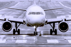 Het vliegtuig staat omhoog te vliegen op het punt Stock Foto