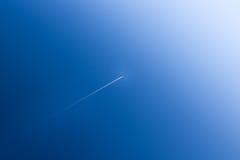 Het vliegtuig stijgt in de blauwe hemel Royalty-vrije Stock Foto