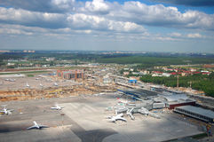 Het vliegtuig stijgt over luchthaven op Royalty-vrije Stock Foto
