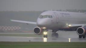 Het vliegtuig Sukhoi Superjet 100 van Aeroflot op de baan stock video