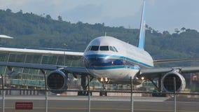 Het vliegtuig taxi?de aan de baan stock footage
