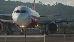 Het vliegtuig taxi?de op de baan vóór start stock videobeelden