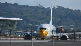 Het vliegtuig taxi?de op de baan vóór start stock footage