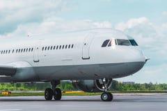Het vliegtuig taxi?t op de baan alvorens te vertrekken vlucht royalty-vrije stock foto