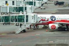 Het vliegtuig treft voor vlucht, preflight inspectie voorbereidingen van vliegtuigen stock foto