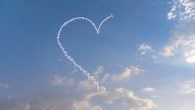 Het vliegtuig trekt Hartvorm op de hemel vector illustratie