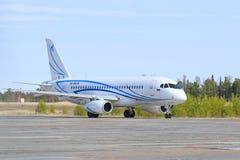 Het vliegtuig vóór start in het noorden van Siberië Stock Foto