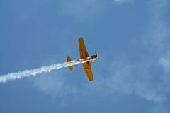 Het vliegtuig van Aerobatic het vliegen stock afbeeldingen
