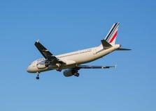 Het vliegtuig van Air France-luchtvaartlijn komt op een strook alvorens bij de Sheremetyevo luchthaven te landen stock foto's