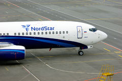 Het vliegtuig van Boeing 737-8K5 van Nordstarluchtvaartlijnen bevindt zich bij het parkeren in de Internationale luchthaven van P Stock Foto's