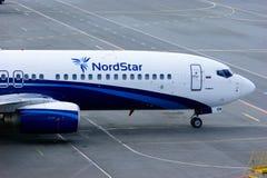 Het vliegtuig van Boeing 737-8K5 van Nordstarluchtvaartlijnen bevindt zich bij het parkeren in de Internationale luchthaven van P Stock Afbeeldingen
