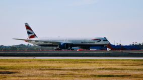Het vliegtuig van British Airways B777 aankomen de luchthavenpoort royalty-vrije stock afbeeldingen