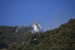Het vliegtuig van Canadair aan brand Stock Foto's