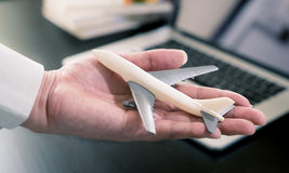 Het vliegtuig van de bedrijfsmensenholding voor bedrijfsreis Stock Afbeeldingen