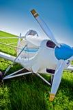 Het vliegtuig van de close-up op het gebied royalty-vrije stock afbeeldingen