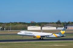Het vliegtuig van de condorluchtbus A321 bij Berlin Tegel-luchthaven stock afbeelding
