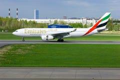 Het vliegtuig van de de Luchtvaartlijnluchtbus A330-243 van emiraten landt in de Internationale luchthaven van Pulkovo in heilige Royalty-vrije Stock Foto