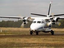 Het vliegtuig van de forens op taxibaan Stock Foto's