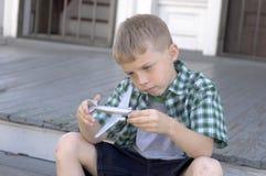 Het vliegtuig van de jongen en stuk speelgoed Stock Fotografie