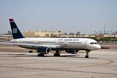 Het vliegtuig van de Luchtroutes van de V.S. bij luchthaventarmac Stock Fotografie