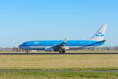 Het vliegtuig van de Luchtvaartlijnen ph-BXC Boeing 737-800 van KLM Royal Dutch stijgt bij Schiphol luchthaven op Stock Afbeeldingen
