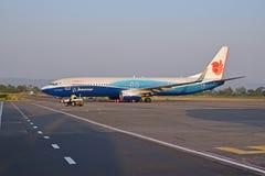 Het vliegtuig van de Malindolucht naast luchthavenbaan wordt geparkeerd die voor volgende vlucht voorbereidingen treffen die Royalty-vrije Stock Fotografie