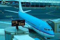 Het vliegtuig van de passagier bij de poort stock foto's