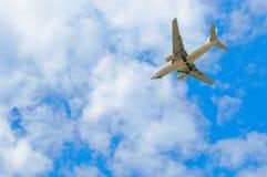 Het vliegtuig van de passagier in de blauwe hemel Royalty-vrije Stock Fotografie