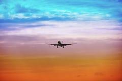 Het vliegtuig van de passagier gaat bij zonsondergang van start Royalty-vrije Stock Foto's