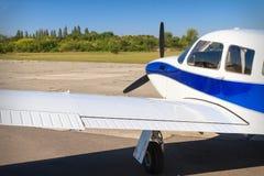 Het vliegtuig van de propellerlucht op baan stock foto