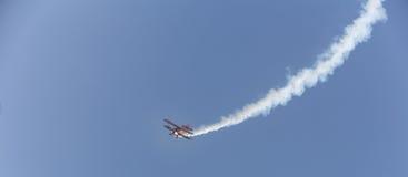 Het vliegtuig van de stuntvlieger in de hemel stock afbeeldingen