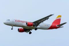 Het vliegtuig van de Uitdrukkelijke EG-MEG Luchtbus van IBERIA A320-200 landt bij Schiphol Luchthaven Royalty-vrije Stock Afbeeldingen