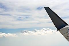 Het vliegtuig van de vleugel in de hemel Stock Afbeeldingen