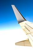 Het vliegtuig van de vleugel in de hemel royalty-vrije stock afbeeldingen