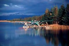 Het Vliegtuig van de vlotter en Kleurrijke Bezinning Royalty-vrije Stock Fotografie