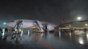 Het vliegtuig van Deboardingshainan airlines in Sheremetyevo Luchthaven bij nacht stock footage