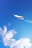 Het vliegtuig van het document in hemel royalty-vrije stock afbeeldingen